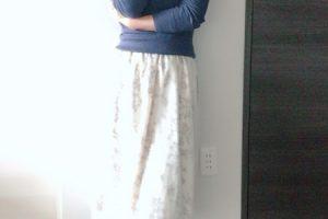 小柄女性 ミモレ丈スカート 写真